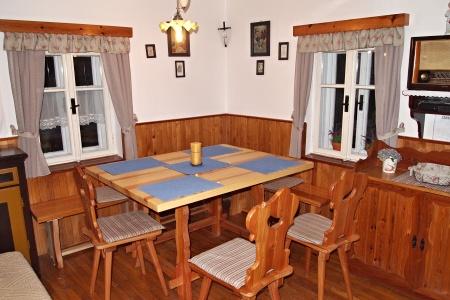 Chaty a chalupy k pronajmutí - Chalupa v Arnoštově - jídelní stůl